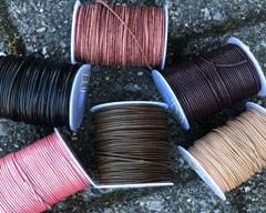 Lederriemen in verschiedenen Farben und Stilen